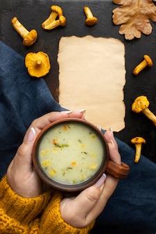 Tigela de sopa de cogumelos cópia espaço