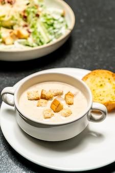 Tigela de sopa de cogumelos