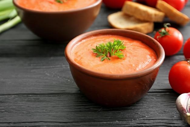Tigela de sopa de creme saborosa na mesa