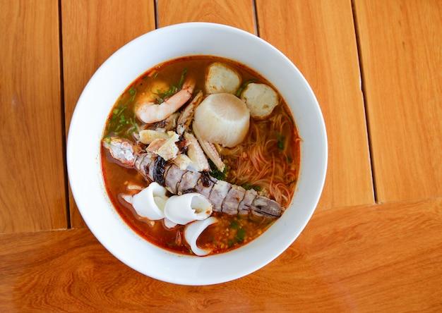 Tigela de sopa de frutos do mar macarrão quente e picante
