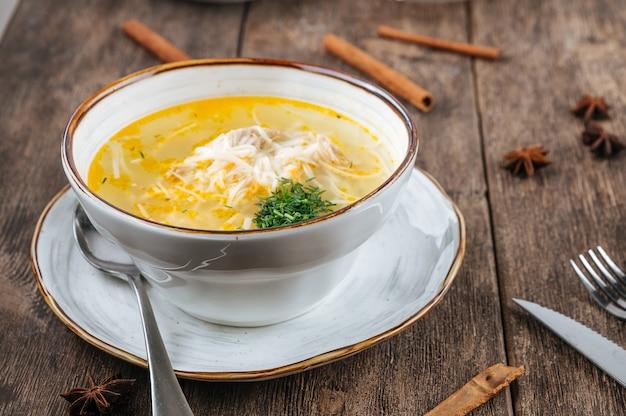 Tigela de sopa de macarrão de frango com verduras