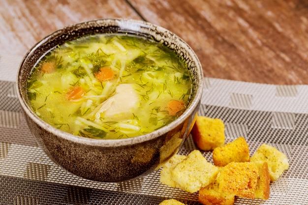 Tigela de sopa de macarrão de galinha com croutons