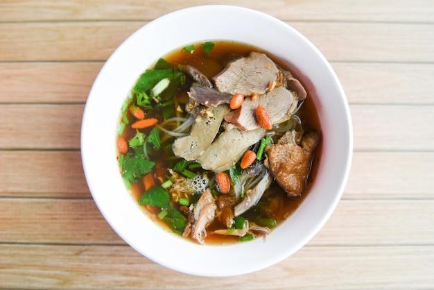 Tigela de sopa de macarrão estilo comida asiática