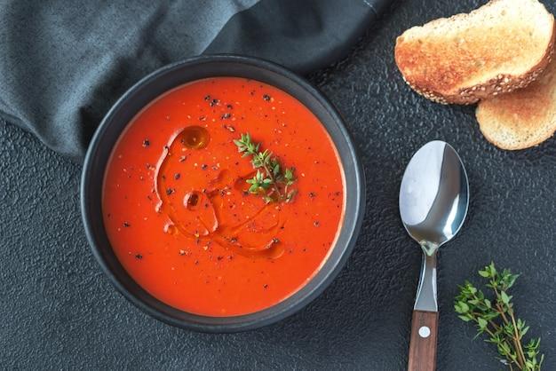 Tigela de sopa de tomate picante