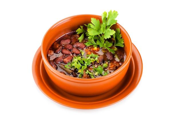 Tigela de sopa mexicana de pimenta malagueta com carne