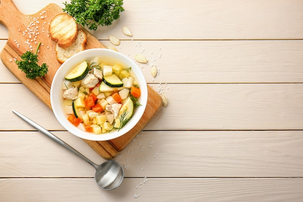 Tigela de sopa saborosa na mesa de madeira