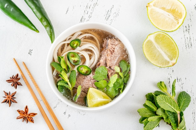 Tigela de sopa vietnamita de carne bovina pho (pho bo)
