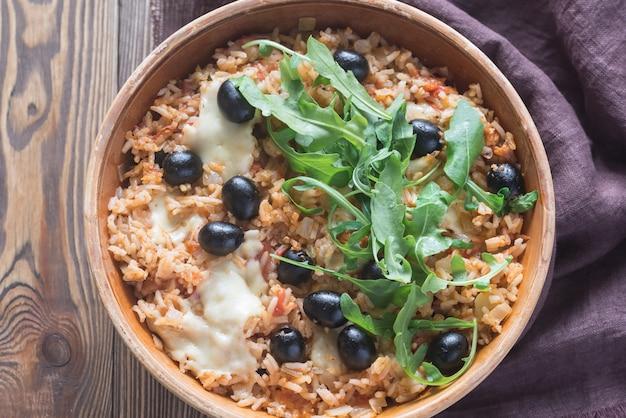 Tigela de tomate, azeitona e arroz mussarela