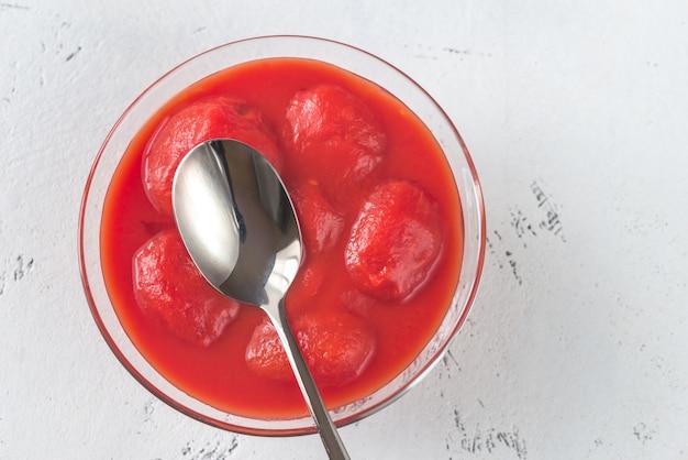 Tigela de tomate enlatado