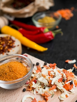Tigela de vidro cheia de especiarias e pimentões