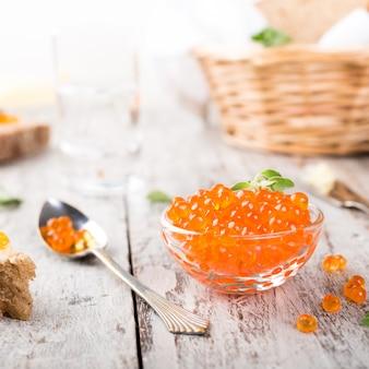 Tigela de vidro com caviar vermelho