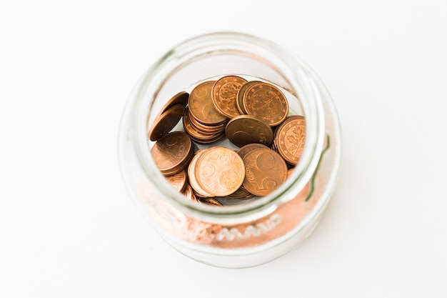Tigela de vidro com moedas de 5 cêntimos