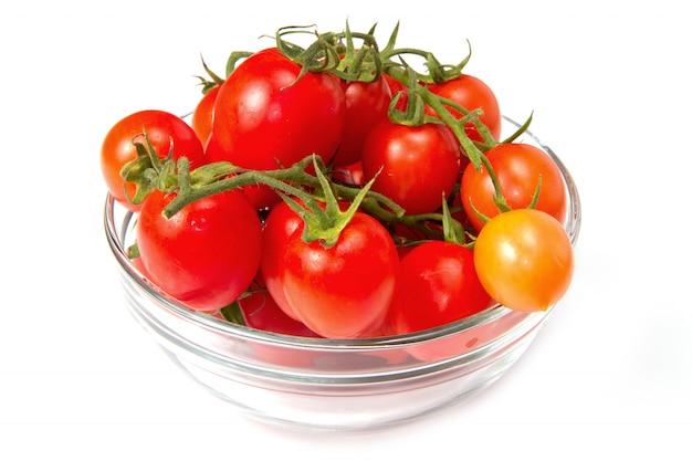 Tigela de vidro com tomates frescos