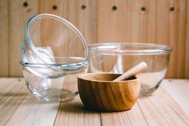 Tigela de vidro e de madeira e utensílios de cozinha