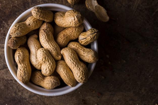 Tigela de vista superior cheia de amendoins