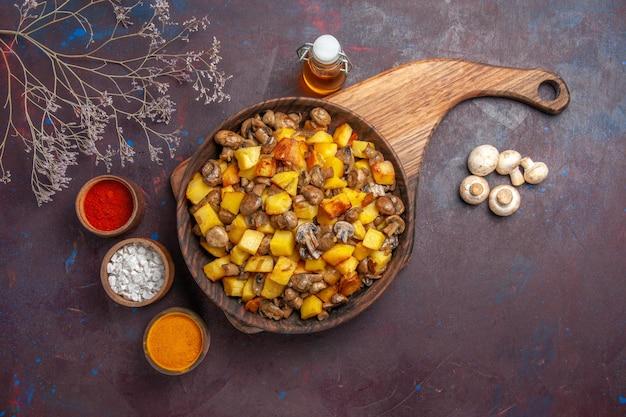 Tigela de vista superior com batatas e cogumelos tigela com batatas e óleo de cogumelos em garrafa especiarias coloridas e cogumelos brancos