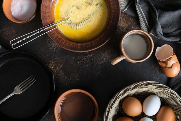 Tigela de vista superior com gema de ovos para omelete