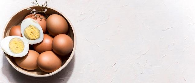 Tigela de vista superior com ovos e cópia-espaço