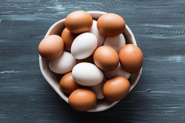 Tigela de vista superior com variedade de ovos