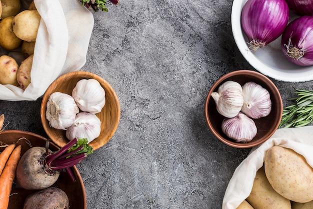 Tigela e sacos com legumes alinhados
