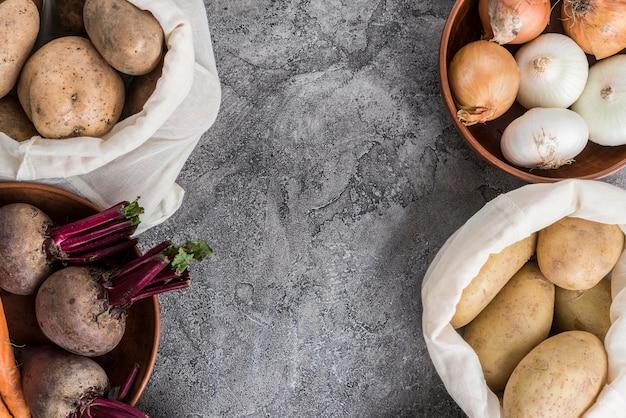 Tigela e sacos com legumes na mesa