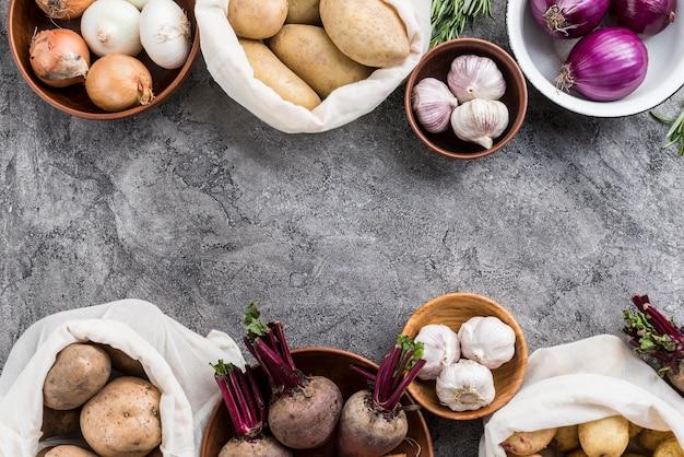 Tigela e sacos com legumes