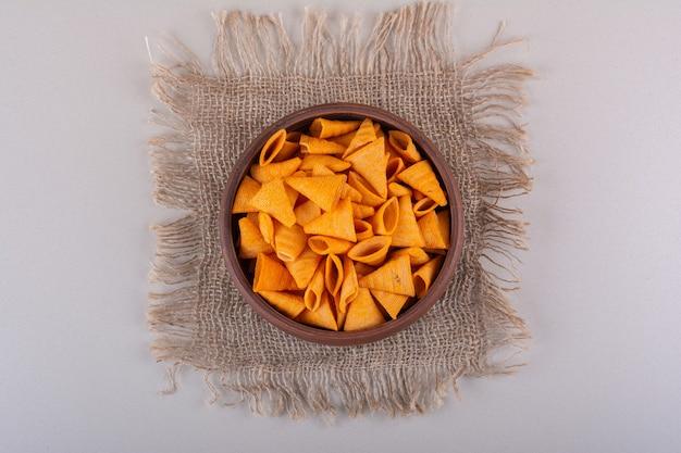 Tigela marrom de chips triangulares