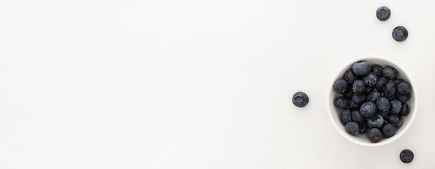 Tigela minimalista de mirtilos para o espaço da cópia da torta