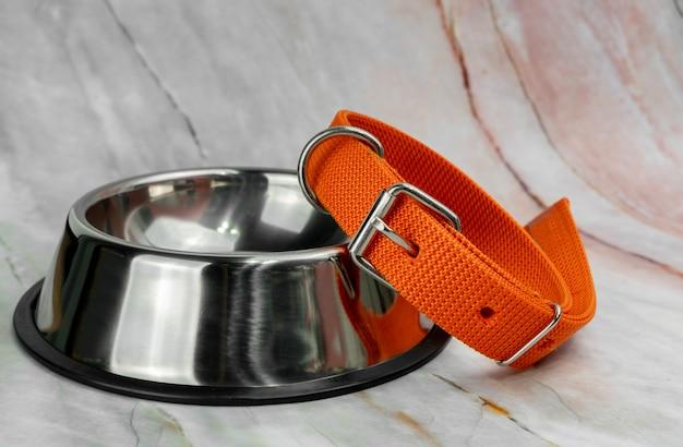 Tigela para animais de estimação e trelas com coleiras