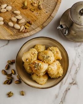 Tigela plana com comida paquistanesa