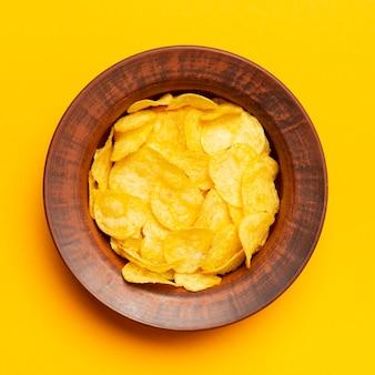 Tigela plana leiga com batatas fritas