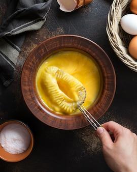 Tigela plana leiga com gema de ovos