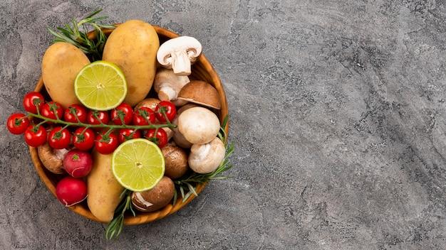 Tigela plana leiga com legumes deliciosos