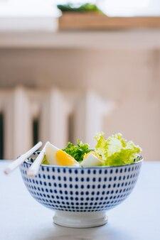 Tigela saudável, salada de pepino com ovos