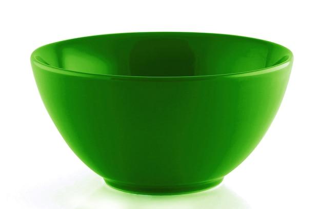 Tigela vazia verde isolada na superfície branca