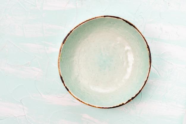 Tigela vazia vintage em cima da mesa