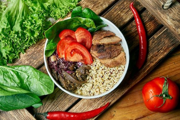 Tigela vegetariana com quinoa e bulgur, com carne de soja e tomate em uma bandeja de madeira em uma composição com legumes. vista superior comida plana leigos. alimentação equilibrada e saudável