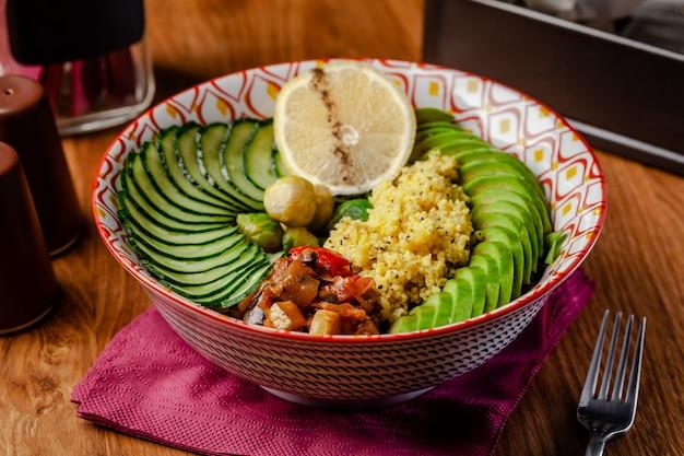 Tigela vegetariana no café da manhã de cuscuz de mingau.