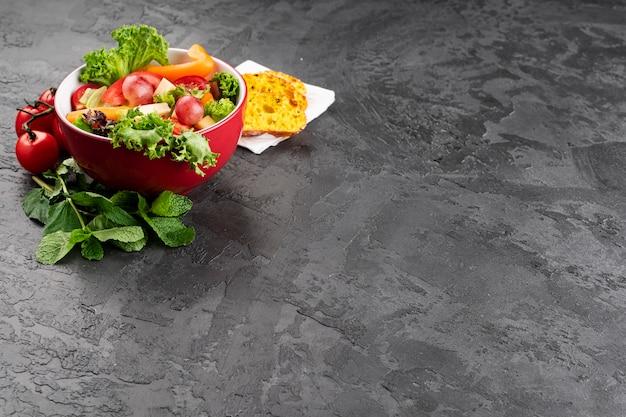 Tigela vista alta de salada saudável