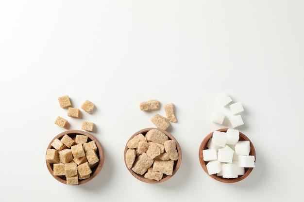 Tigelas com açúcar no fundo branco, vista superior