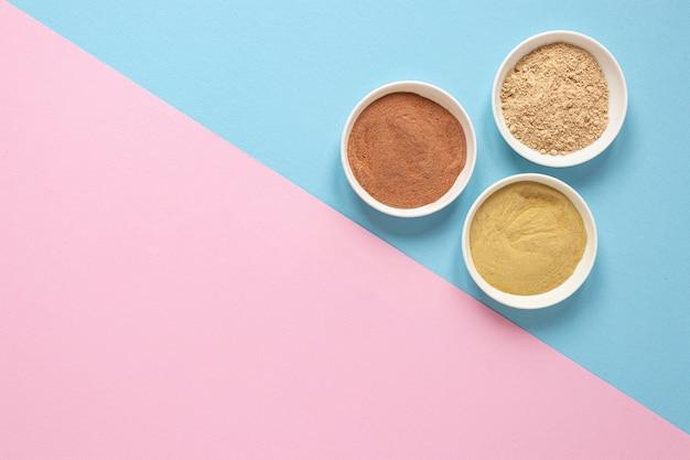 Tigelas com areia colorida