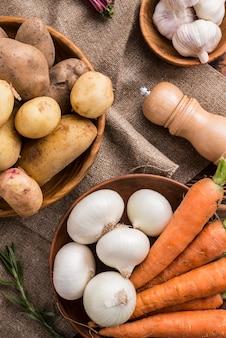 Tigelas com batatas cenoura e alho