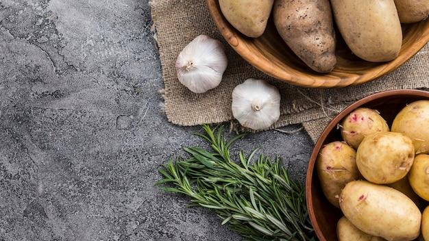 Tigelas com batatas naturais na mesa