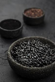 Tigelas com condimentos e feijão preto