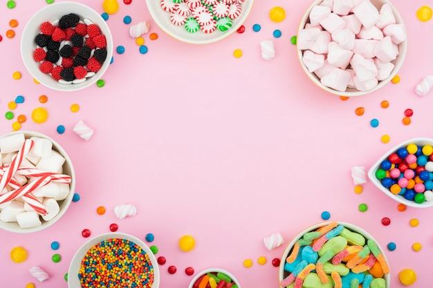 Tigelas com doces coloridos e com sabor