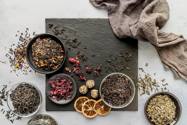 Tigelas com ervas de chá