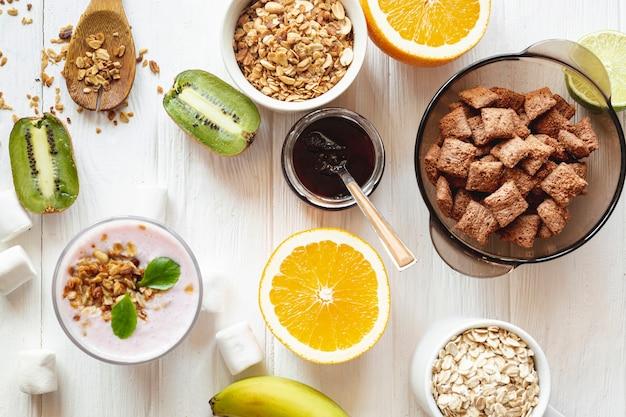 Tigelas com frutas e juramentos em uma mesa branca
