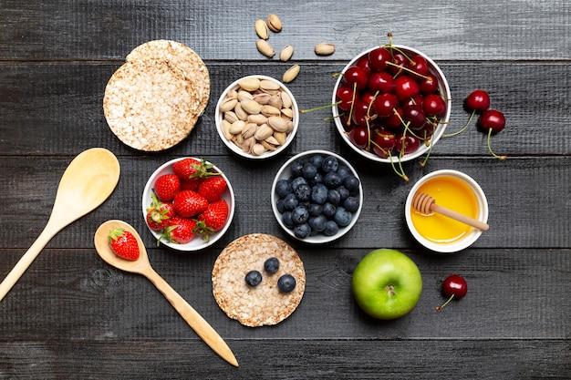 Tigelas com frutas em fundo de madeira