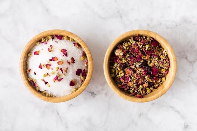 Tigelas com ingredientes secos para produtos para o cuidado da pele