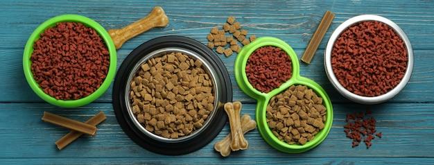 Tigelas com ração para animais de estimação em madeira
